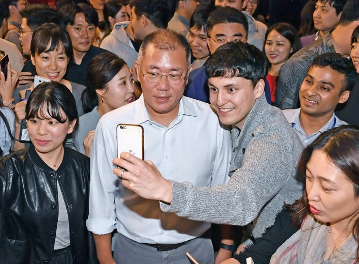 Hyundai Motor Group Executive Vice Chairman Chung Euisun, center, poses for a selfie with a group employee during a town hall meeting at its headquarters in Yangjae-dong, southern Seoul, Tuesday. Courtesy of Hyundai Motor Group