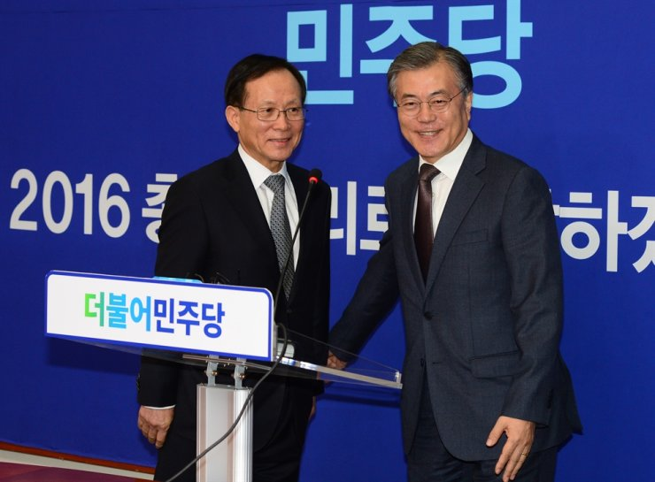Lee Soo-hyuck, left, South Korea's ambassador to the United States, and South Korean President Moon Jae-in. Korea Times file