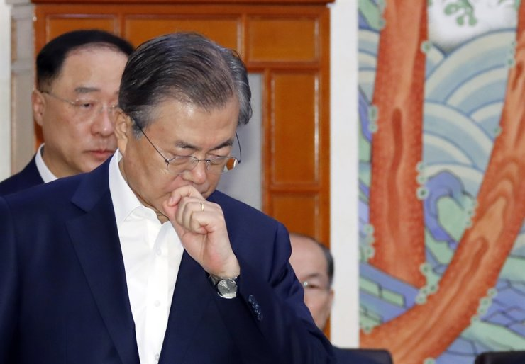 President Moon Jae-in prepares to preside over a Cabinet meeting at Cheong Wa Dae on Oct. 8. Yonhap