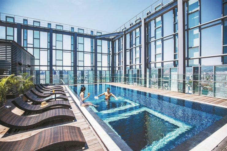 Novotel Ambassador Seoul Dongdaemun Hotels and Residences' infinity pool / Courtesy of Novotel Ambassador Seoul Dongdaemun Hotels and Residences