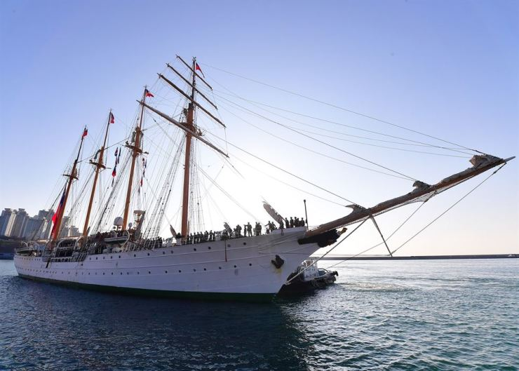 The Chilean Navy training ship Esmeralda enters a berth at the Republic of Korea Naval Operations Command in Busan, Oct. 4. The ship is on a five-day visit as part of exchanges between the militaries of the two countries. The 113-meter-long, 13.11-meter-wide sailing ship has 314 crew members, including 97 officers. / Yonhap
