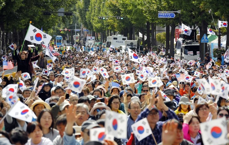 Conservative activists will hold a large-scale rally to call on President Moon Jae-in to remove Justice Minister Cho Kuk from office in central Seoul Wednesday. Yonhap