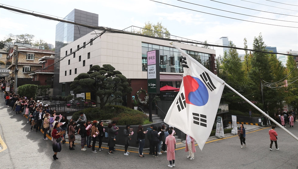 An army of fans of K-pop titan BTS queue to enter the House of BTS, a pop-up store selling BTS-themed goods, in Yeoksam-dong, Seoul, Friday. Nearly 200 products ― including dolls, calendars and caps ― are on sale in the store, which will run through Jan. 5. Yonhap