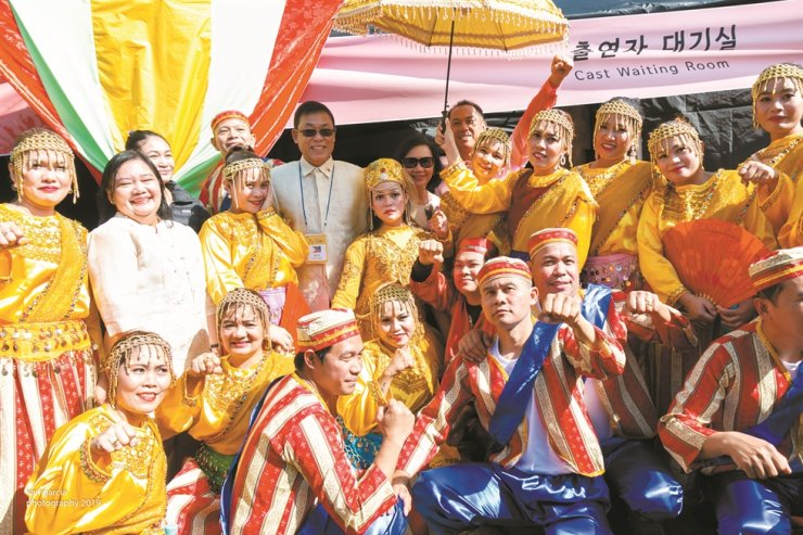 Philippine Ambassador to Korea Noe Albano Wong and his wife Maria Elena Wong, both wearing sunglasses in the back row, pose with his embassy officers and Filipino performers from Daegu during the opening day of the Itaewon Global Village Festival 2019 in Itaewon, Seoul, Oct. 12. The Philippines joined the two-day festival as a part of celebrations for its 70 years of friendship with Korea. It had the largest presence with 300 performers among 14 countries that joined the parade. Ambassador Wong also delivered a speech at the opening ceremony. / Embassy of the Philippines