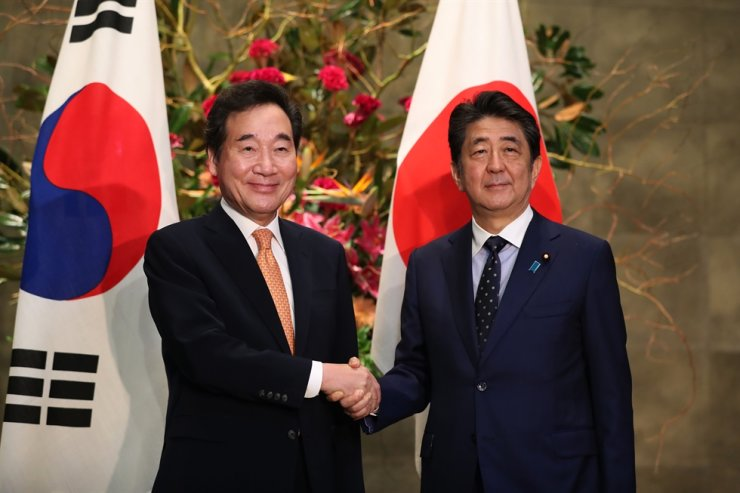 Prime Minister Lee Nak-yon, left, shakes hands with Japanese Prime Minister Shinzo Abe before their summit in the latter's official residence in Toyko, Thursday. Korea Times photo by Choi Won-suk