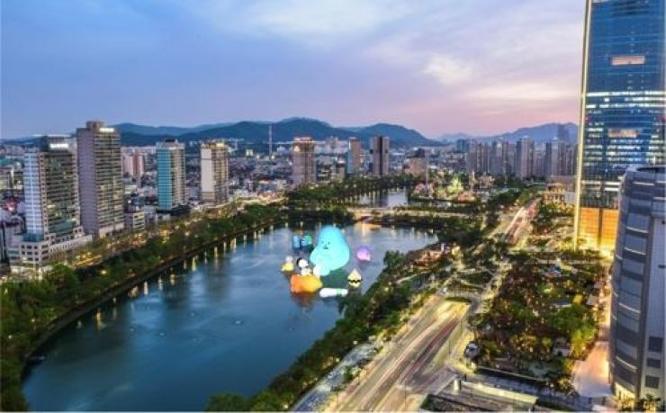 This image provided by Lotte Museum shows what the Luna Project with Sticky Monster Lab exhibition will look like at Seokchon Lake in southeastern Seoul. Yonhap