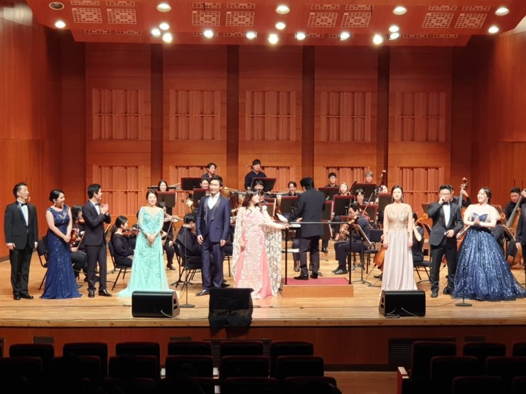 Soprano Kim Jee-Hyun and nine of her Chinese students, all in the doctor of musical arts course at Sangmyung University, perform during a 'gagok' concert at Jangcheon Hall in the Gwanglim Arts Center in Seoul on October 18.