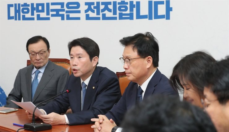 Rep. Lee In-young, second from left, floor leader of the ruling Democratic Party of Korea (DPK), speaks during a meeting of the party's supreme council at the National Assembly, Oct. 14. Yonhap