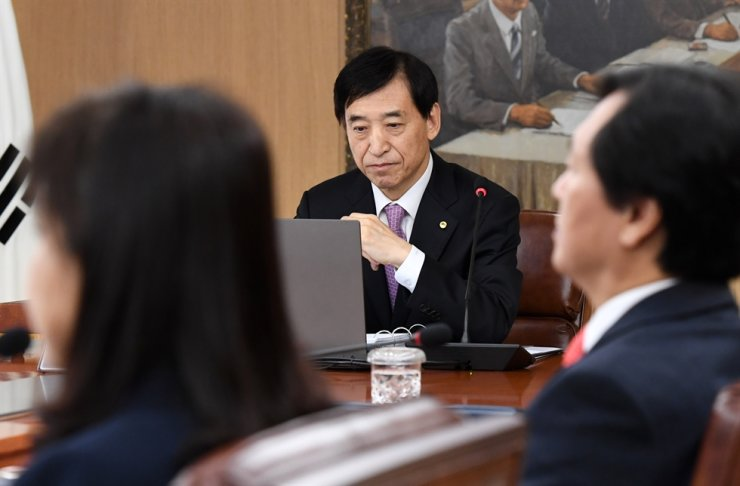 The Bank of Korea Governor Lee Ju-yeol, center, heads the Wednesday meeting at the bank in Seoul's Jung-gu District. Yonhap