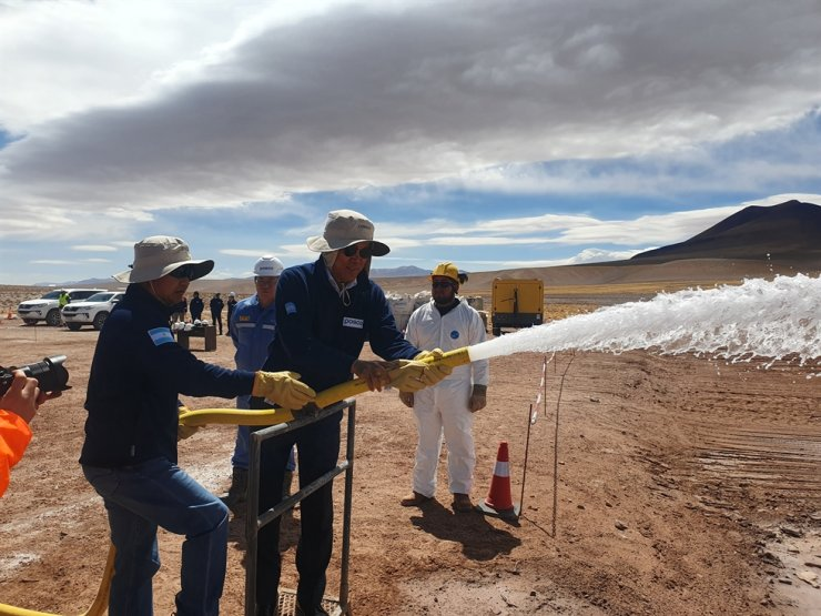 POSCO Chairman Choi Jeong-woo, right, sprays underground salt water at the company's lithium extraction site in Salta Province, Argentina, Wednesday. POSCO is building a lithium extraction plant near Hombre Muerto salt lake to extract lithium, and expects the plant will produce 25,000 tons of lithium hydroxide annually for at least 50 years. Courtesy of POSCO