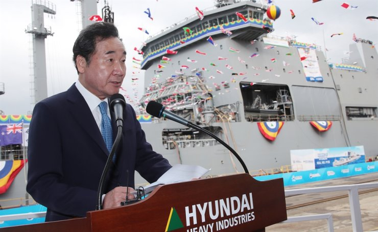 Prime Minister Lee Nak-yon delivers a congratulatory speech at the naming ceremony of New Zealand's brand new auxiliary vessel HMNZS 'Aotearoa,' which is the indigenous Maori name of the country, held at Hyundai Heavy Industries shipyard in Ulsan, Oct. 25, attended by officials from South Korea and New Zealand. Yonhap