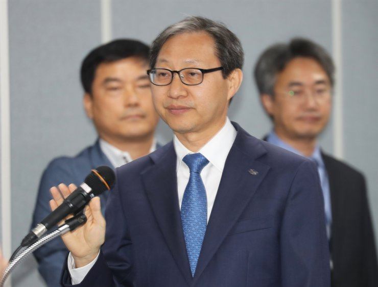 National Pension Fund (NPS) Chairman Kim Sung-joo takes an oath before the National Assembly audit at the NPS headquarters in Jeonju, North Jeolla Province, Thursday. Yonhap