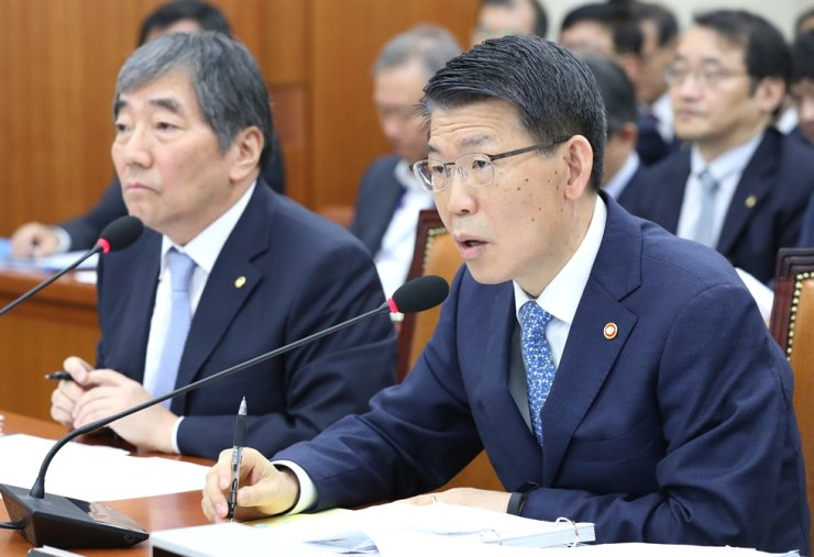 Financial Services Commission Chairman Eun Sung-soo, right, speaks during a National Assembly audit in Seoul, Monday. Left is Financial Supervisory Service Governor Yoon Suk-heun. Eun vowed to order hedge funds to strengthen their internal control process. Yoon likened derivative-linked funds (DLFs) to gambling, saying financial firms were responsible for investor losses. / Yonhap
