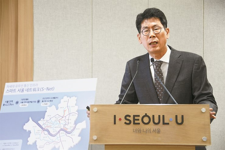 Lee Weon-mok, director general of Seoul City Government's Smart City Policy Bureau, speaks during a press conference to announce a plan to provide free WiFi networks at all public facilities by 2022. Courtesy of Seoul Metropolitan Government