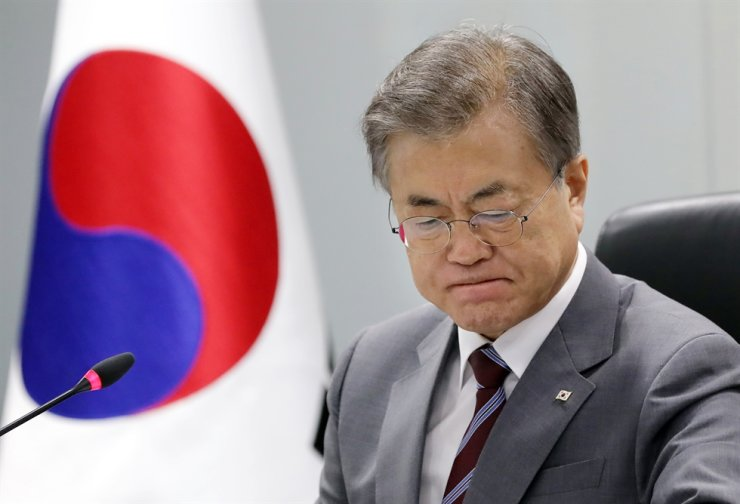 President Moon Jae-in faces a dilemma over calls to dismiss Justice Minister Cho Kuk over a widening corruption scandal. Yonhap