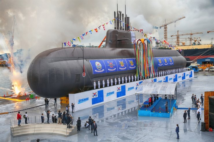 Korea's first 3,000-ton Dosan Ahn Changho-class submarine is displayed at its launching ceremony in Daewoo Shipbuilding & Marine Engineering's shipyard. / Courtesy of Daewoo Shipbuilding & Marine Engineering