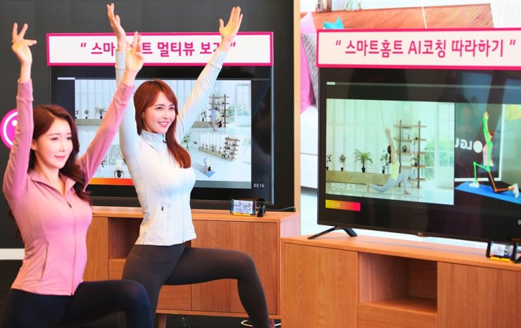 Models demonstrate LG Uplus' smart at-home workout service at the firm's head office in central Seoul, Tuesday. / Courtesy of LG Uplus