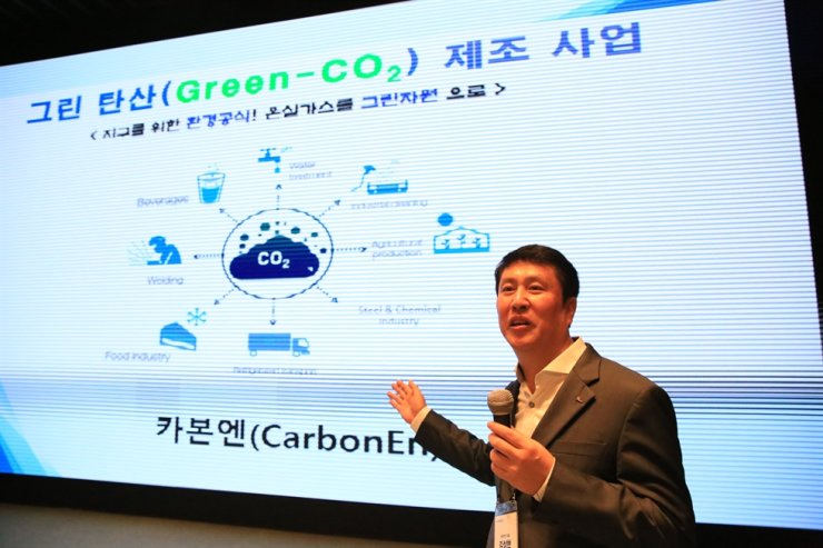 Kim Sang-hyun, head of venture firm CarbonEn, introduces the company's business model during the launching ceremony of POSCO's venture firm incubating program at POSCO Center in Seoul, Wednesday. Courtesy of POSCO
