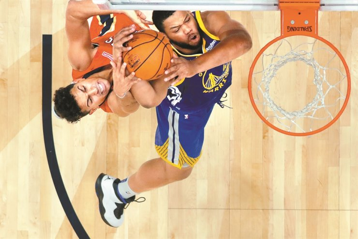 Golden State Warriors forward Omari Spellman battles under the basket with New Orleans Pelicans guard Frank Jackson, left, in the second half of an NBA basketball game in New Orleans, Monday. /AP-Yonhap