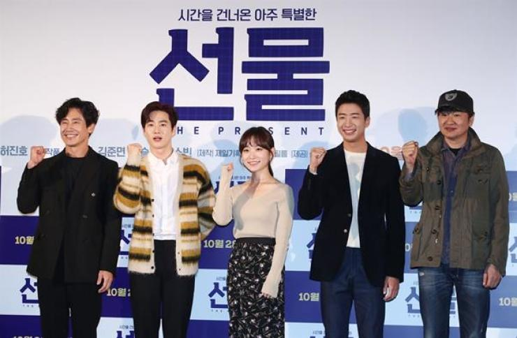 Actor Shin Ha-kyun, from left, Suho, Kim Seul-gi, Yoo Soo-bin, and director Hur Jin-ho pose for pictures during a media conference for the film 'The Present,' held at Lotte Cinema in Gwangjin-gu, Seoul, Monday. Yonhap