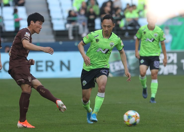 Moon Seon-min of Jeonbuk Hyundai Motors follows the ball during a K League match between Jeonbuk Hyundai Motors and Pohang Steelers at Jeonju World Cup Stadium in Jeonju, North Jeolla Province, Sunday. Yonhap