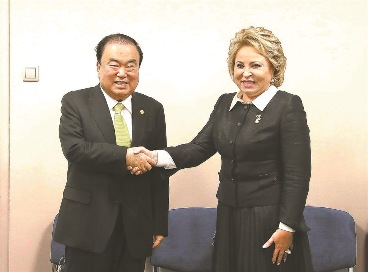 South Korean National Assembly Speaker Moon Hee-sang, left, shakes hands with Valentina Matviyenko, chairwoman of Russia's upper house Federal Council, during a meeting in Belgrade, Serbia, Oct. 14, after attending the 141st assembly of the Inter-Parliamentary Union. Yonhap