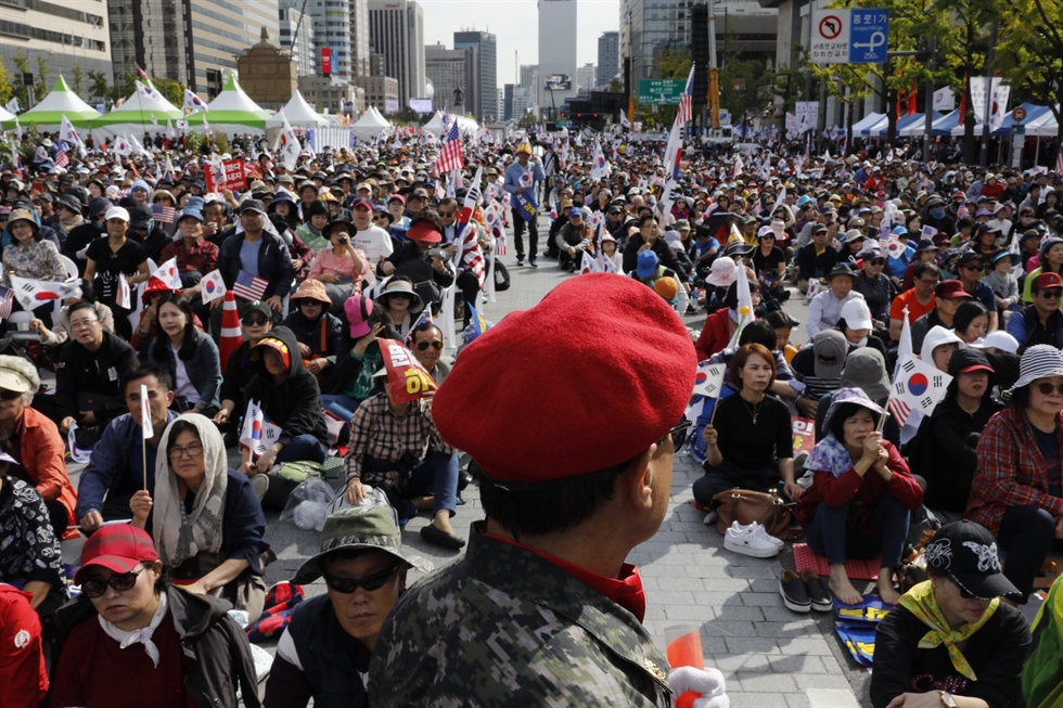 Hundreds of thousands of people hold a protest to demand the resignation of Justice Minister Cho Kuk at Gwanghwamun Square in central Seoul, Wednesday. Korea Times photo by Shim Hyun-chul