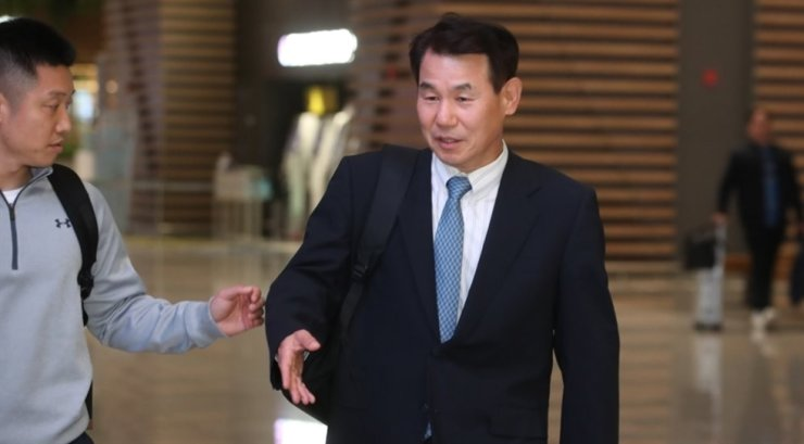 Jeong Eun-bo, head of South Korea's delegation for defense cost-sharing negotiations with the U.S., leaves for Hawaii at Incheon International Airport, Tuesday, for the second round of talks with his U.S. counterpart, James DeHart. Yonhap