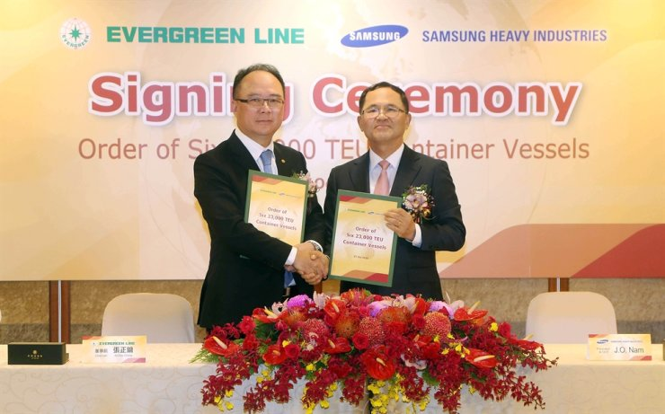 Samsung Heavy Industries CEO Nam Joon-ou, right, and Evergreen Marine Corp. Chairman Anchor Chang pose after signing a deal on building six 23,000 TEU container ships during a ceremony in Taiwan, Monday. Courtesy of Samsung Heavy Industries