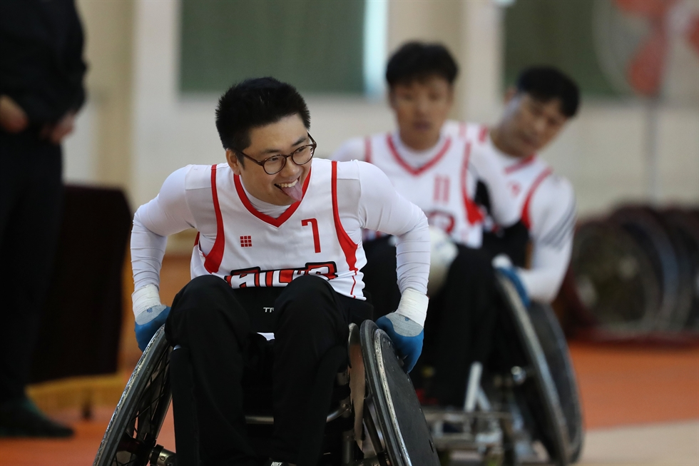 Wheelchair rugby players compete for the ball in a match between South Chungcheong Province and North Gyeongsang Province at a gymnasium in Eunpyeong, Seoul, Tuesday. The 39th annual National Sports Festival for the Disabled began on Tuesday, with 9,000 participants, including athletes and their guardians. They will compete in 30 sports at 34 venues in Seoul over five days. North Gyeongsang Province won the rugby game 69-11. Korea Times photo by Choi Won-suk