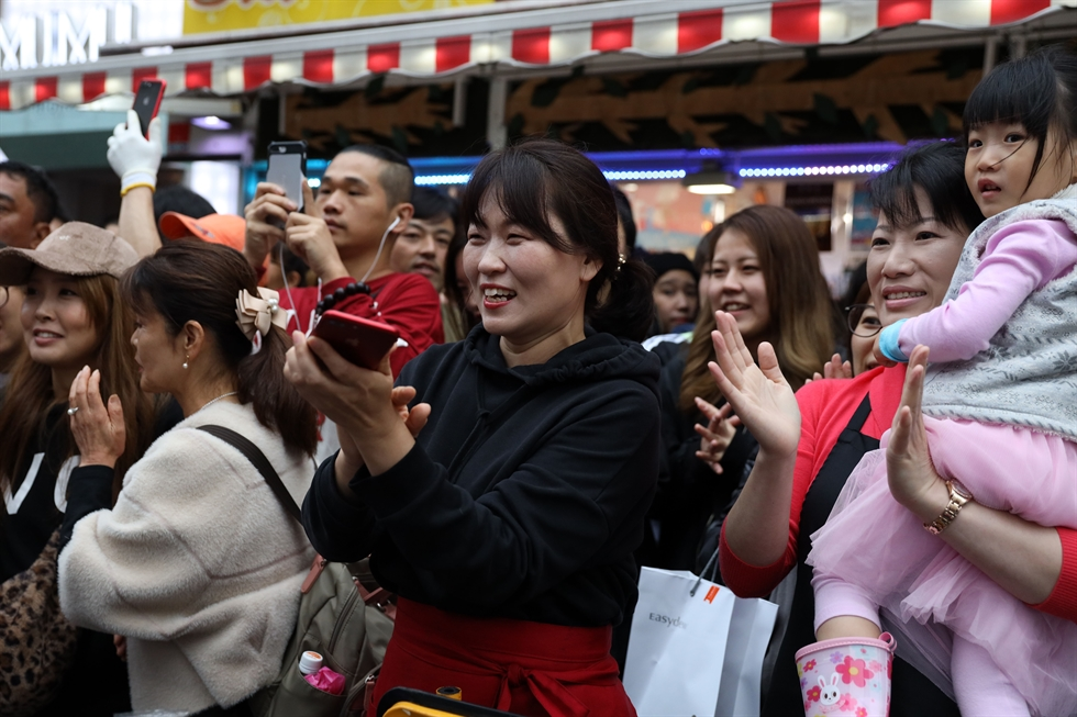 Prime Minister Lee Nak-yon visits Korea Town in Shinokubo, Tokyo, on Tuesday after attending the coronation of new Japanese emperor Naruhito. Korea Times photo by Choi Won-suk