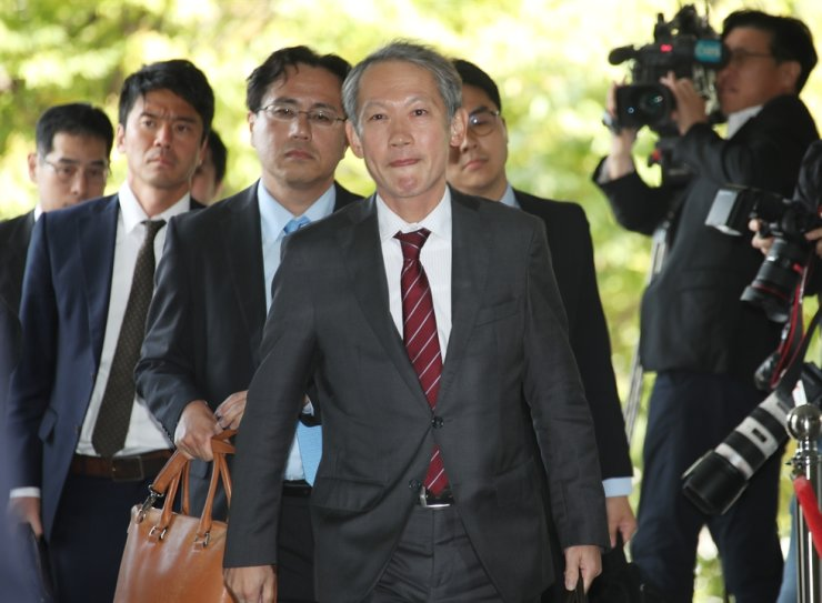 Shigeki Takizaki, center, a Japanese diplomat handling Asia-Pacific affairs, arrives at the headquarters of the Ministry of Foreign Affairs in downtown Seoul, Wednesday, for working-level discussions with his South Korean counterpart Kim Jung-han ahead of Korean Prime Minister Lee Nak-yon's upcoming visit to Tokyo next week. Yonhap