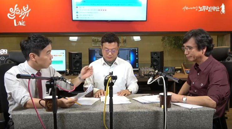 Rhyu Si-min, right, a liberal pundit talks with Jang Yong-jin, center, an Aju Business Daily reporter, about the prosecution and KBS reporters during a video on Rhyu's YouTube channel, Tuesday. They are under fire following Jang's sexist remarks about a female reporter. / Captured from YouTube