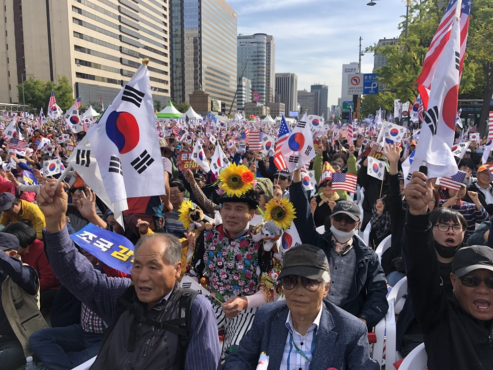 Hundreds of thousands of people stage a rally to demand the resignation of Justice Minister Cho Kuk at Gwanghwamun Square in central Seoul, Wednesday. Korea Times photo by Shim Hyun-chul