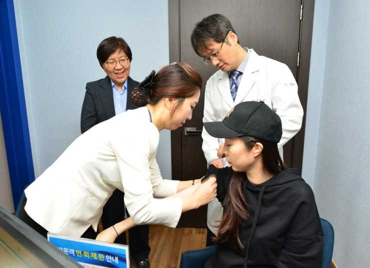 A woman receives a vaccine against influenza at a hospital in Daegu, Tuesday. The Korea Centers for Disease Control and Prevention (KCDC) advised people to get vaccinated by the end of November. Courtesy of KCDC
