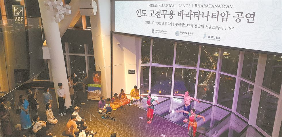 Dancers perform Bharatanatyam on the 118th floor observatory deck of Lotte World Tower in Songpa-gu, southern Seoul, Oct. 1. / Korea Times photo by Yi Whan-woo