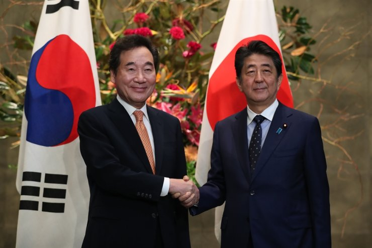 Prime Minister Lee Nak-yon, right, shakes hands with his Japanese counterpart Shinzo Abe at the latter's residence in Tokyo, Japan, Thursday. Lee delivered President Moon Jae-in's personal letter to Abe. Korea Times photo by Choi Won-suk