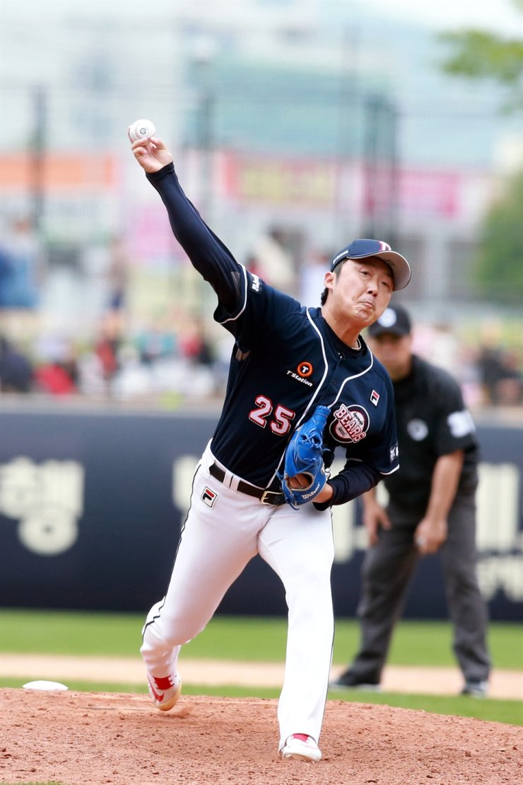 Bae Young-soo throwing a ball/ Korea Times file