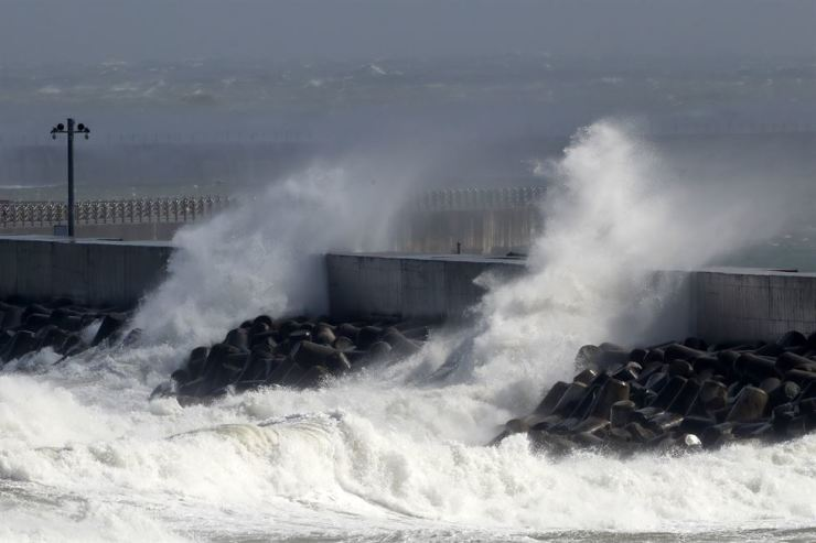 A seawall at Heunghae village in Pohang's Buk-gu District in North Gyeongsang Province is hit with billows that are sent by typhoon Hagibis, Saturday. News1