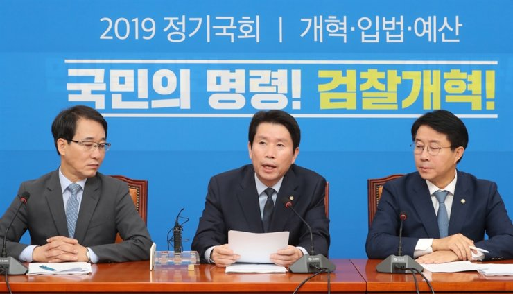 Rep. Lee In-young, center, floor leader of the ruling Democratic Party of Korea, speaks during a party meeting at the National Assembly, Tuesday. Yonhap
