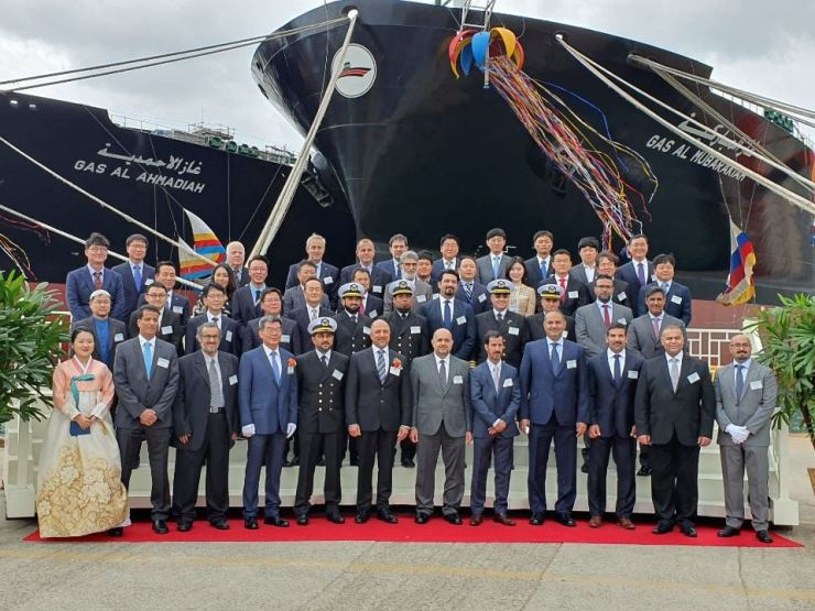 Kuwait Oil Tanker Company (KOTC) acting CEO Ali Shehab, sixth from left in the front row, and Hyundai Heavy Industry CEO Ka Sam-hyun, fourth from left, pose with officials of the two companies during the naming ceremony of very large gas carriers at a Hyundai Heavy dockyard in Ulsan, Tuesday. Seventh from left in the front row is Kuwaiti Ambassador to Korea Bader Mohammad Al-Awadi. Courtesy of Kuwait Oil Tanker Company