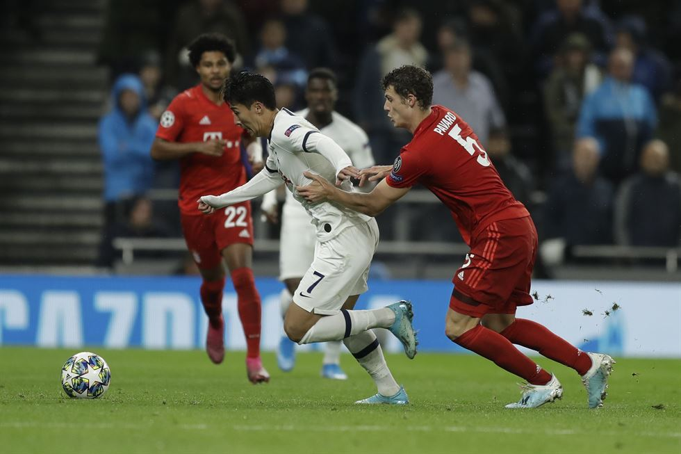 Tottenham's Son Heung-min, left, makes a shot as Bayern's goalkeeper Manuel Neuer blocks during the Champions League group B soccer match between Tottenham and Bayern Munich at the Tottenham Hotspur stadium in London, Tuesday.  /AP-Yonhap