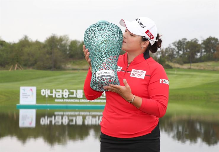 Jang Ha-na, the winter of the Hana Financial Group Championship kisses the trophy during the award ceremony at Sky 72 Golf Club in Incheon, west of Seoul, Sunday. Yonhap