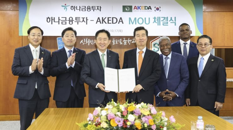 Hana Financial Investment CEO Lee Jin-kook, third from left, Africa-Korea Economic Development Association (AKEDA) CEO Kwon O-Kyu, fourth from left, and Angolan Ambassador to Korea Edgar Gaspar Martins, third from right, pose with officials from Hana and AKEDA at the brokerage's headquarters on Yeouido in Seoul, Oct. 17. Hana and AKEDA signed a memorandum of understanding to boost cooperation in sharing financial market information and economic development. Courtesy of Hana Financial Investment