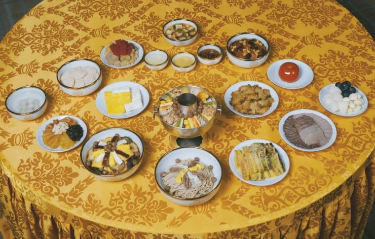 On Sept. 20, 1905, King Gojong hosted a luncheon for Alice Roosevelt, which served 17 dishes with three different condiments. The Cultural Heritage Administration reenacted the royal banquet food with Shinsegae Chosun Hotel for 'The Emperor's Dining Table of the Daehan Empire' exhibition at the Daehan Empire Historical Museum in Deoksu Palace. Courtesy of Cultural Heritage Administration