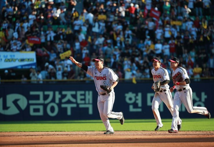 Members of the LG Twins celebrate their 3-1 victory over the NC Dinos in the Korea Baseball Organization's wild-card game at Jamsil Stadium in Seoul, Thursday. Yonhap