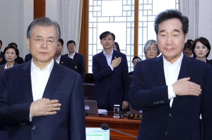 President Moon Jae-in, left, salutes the national flag with Prime Minister Lee Nak-yon during a Cabinet meeting at Cheong Wa Dae on Sept. 8. Yonhap