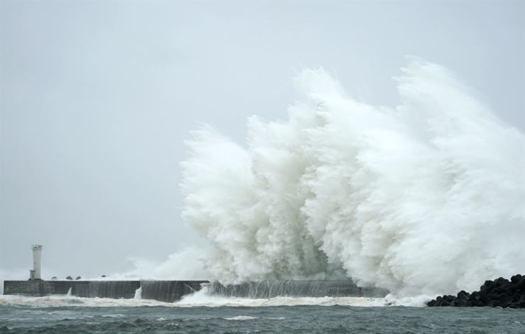 Surging waves generated by Typhoon Hagibis hit a breakwater in Kiho, Mie Prefecture, Japan, Oct. 12. EPA-Yonhap