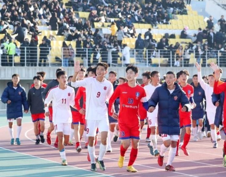 South and North Korean men's under-15 team members leave the stadium after their match in Chuncheon, Gangwon Province, on Nov. 2 last year. Yonhap