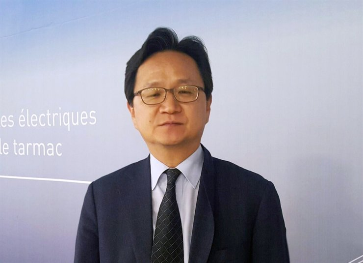 Chung Hae-kwan, director general in charge of multilateral and legal affairs at Seoul's Ministry of Trade, Industry and Energy, speaks during a media interview at Geneva International Airport, Sweden, early Friday (KST). Yonhap